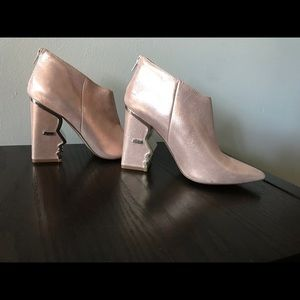 Cool ankle boots w/heel detail